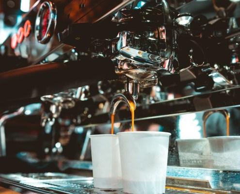 Příprava kávy v kavárně