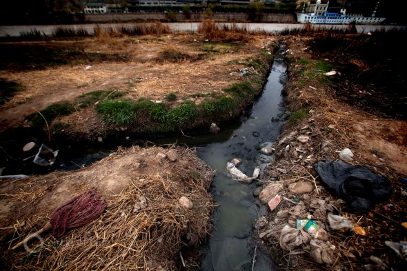 water pollution contamination trash garbage Yellow River Lanzhou China