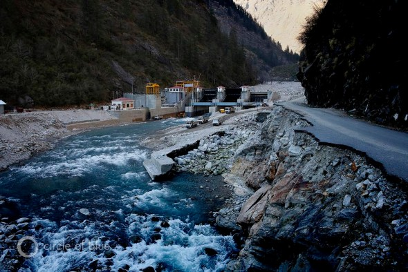 In June 2013, a flood in Uttarakhand, an Indian Himalayan state, killed thousands of people, swept villages away, and seriously damaged the state's hydroelectric dams and powerhouses. The dam at Vishnuprayag, on the Alaknanda River, was buried in mud and boulders.