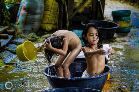 Manila Philippines water sanitation children bathing water supply WASH drinking water sustainable development J. Carl Ganter Circle of Blue