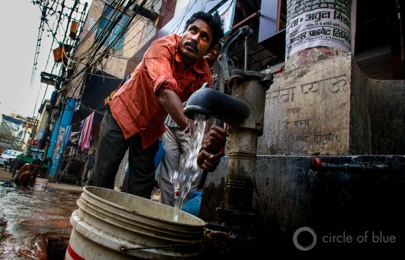 Getting water in Dehli. Photo © J. Carl Ganter / Circle of Blue