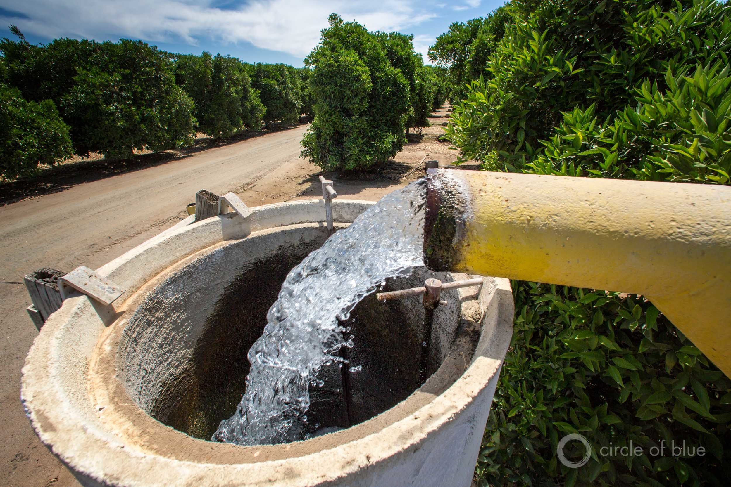 When reservoirs and rivers are low farmers in Californiau0027s San Joaquin Valley pump groundwater. & Sinking Land Crushes California Groundwater Storage Capacity ...
