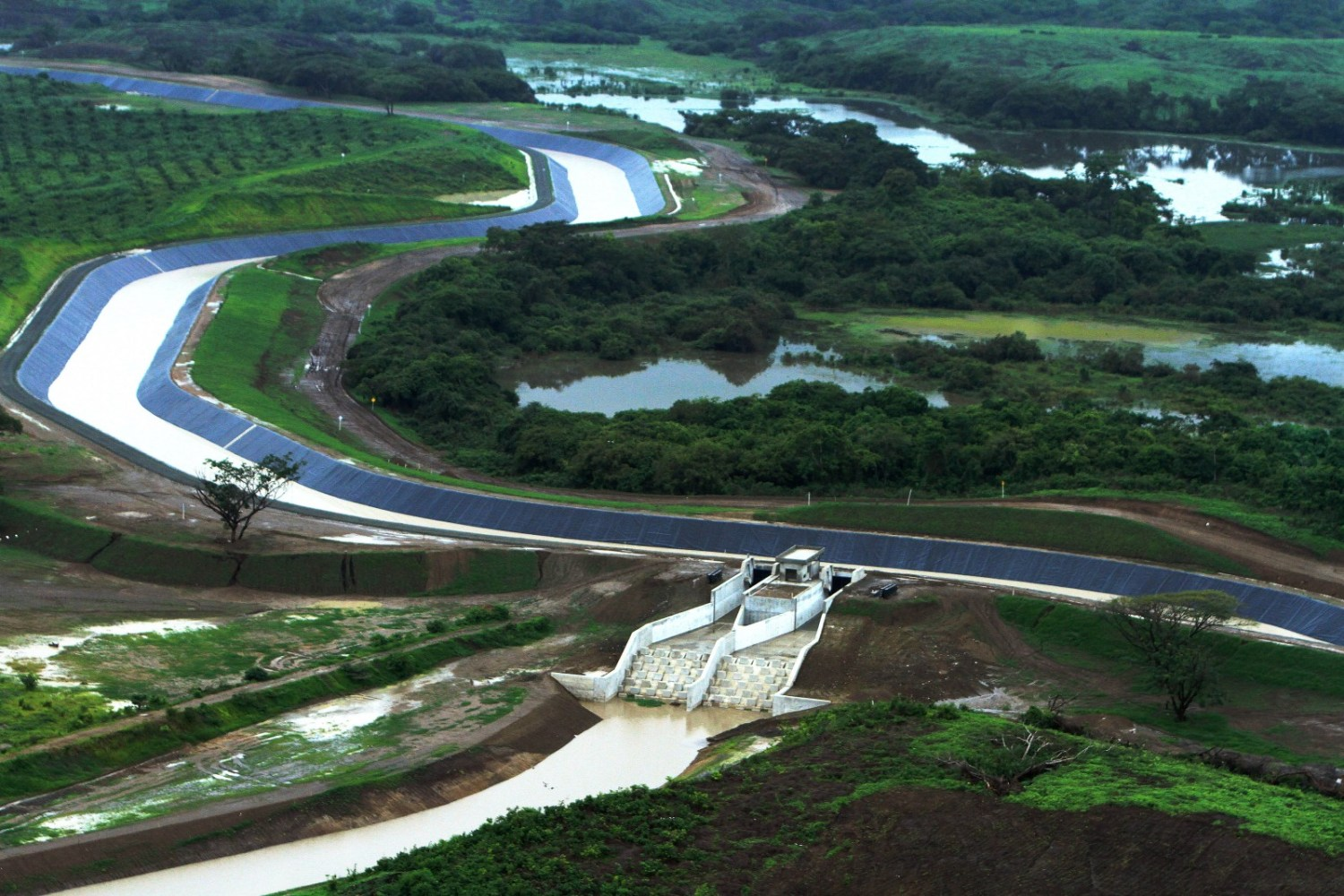 The Daule-Vinces water transfer scheme in Guayas and Los Rios provinces is one of a series of national water projects meant to control irrigation and floodwaters in Ecuador. Photo by César Muñoz / ANDES via Flickr Creative Commons