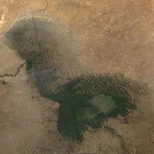 https://upload.wikimedia.org/wikipedia/commons/2/2c/Dust_storm_near_Lake_Chad.jpg