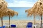 15433533-lettini-con-ombrelloni-vuoti-sulla-bellissima-spiaggia