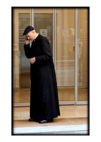Reggio Emilia. Parroco, prete al telefono cellulare.