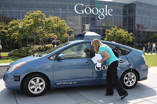 O carro que funciona sem motorista do Google é exibido na frente da seda da empresa, na Califórnia | Justin Sullivan/France Presse