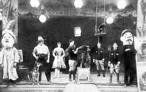 La parade dans les foires avec les 4 frères Amar - Amar, Roi du Cirque