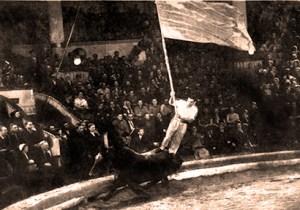 Olkhovikov, exercice au drapeau par le maître des jongleur à cheval