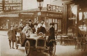 Grock en voiture devant Medrano