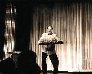 Gaston Palmer dans l'exercices des cuillères - jongleur pour rire