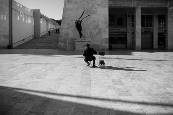 Solo busker, Valletta, City Gate