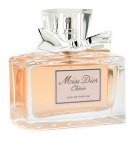 Este é uma reinterpretação do clássico Miss Dior e, segundo li, personifica toda a modernidade e audácia do espírito de Dior. Uso quando quero marcar mais, entendem? E para variar ele também é floral. Já tá dando para sentir a preferencia, neah?!