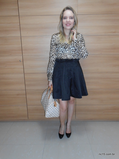 meu look usando camisa animal print, com saia preta, sapato preto e bolsa vuitton