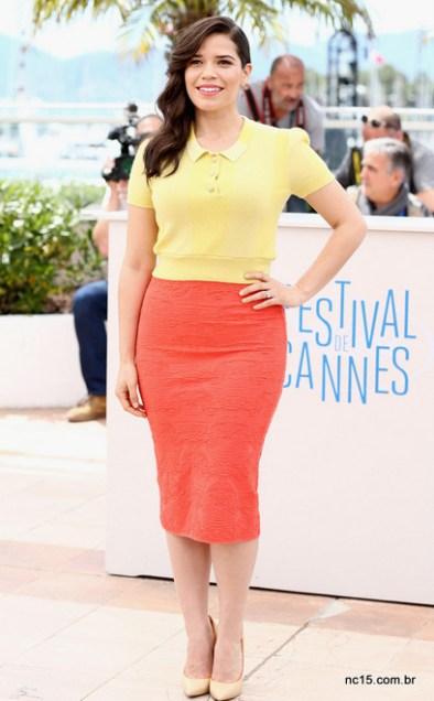 America Ferrera usa conjunto de blusa amarela e saia laranja em Cannes