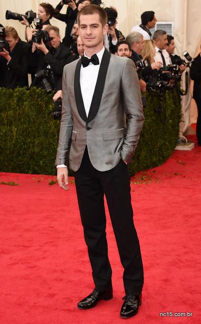 Andrew Garfield fo ide smoking cinza para o met ball 2014