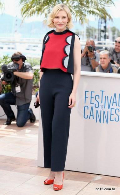Cate Blanchette usa calça preta e sapatos laranja em photocall em Cannes
