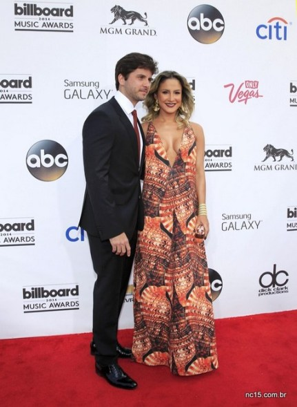 Claudia Leitte usa vestido tipo saída de praia no  Billboard Music Awards