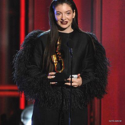 Lorde no  Billboard Music Awards usou look duvidoso totalmente preto e com penas
