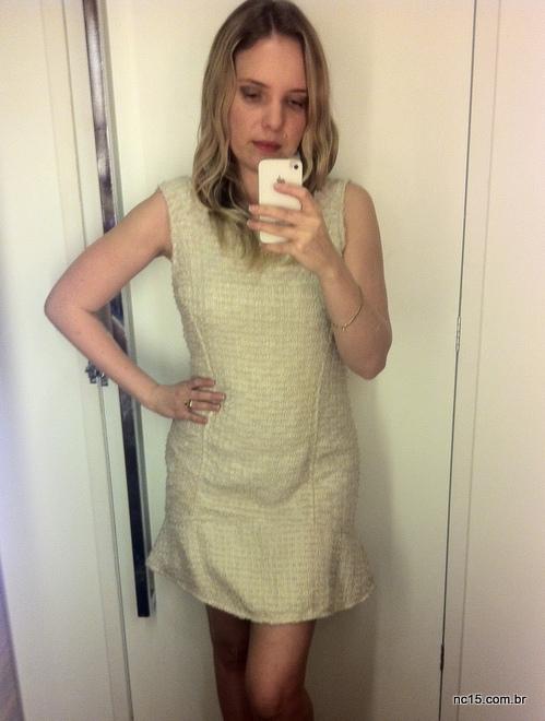 vestido tipo tweed, na cor creme, nas lojas Riachuelo do Shopping Recife