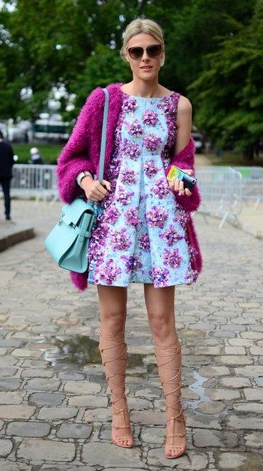 Vestido azul com flores, mais casacão rosa e bolsa azul