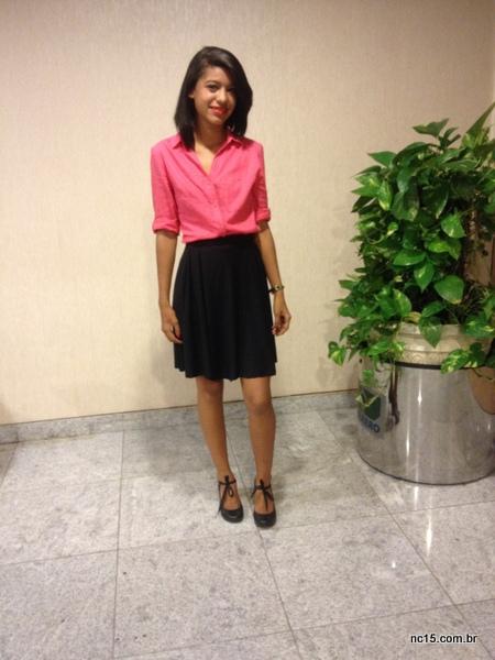 Rislayne veste camisa rosa, saia preta e sapato preto com toque de amarrar. Ah, o corte assimétrico foi feito especialmente para sua nova fase profissional