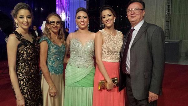 A formanda, de verde ao centro, e a família (irmãs, pai e mãe) reunida para este momento especial