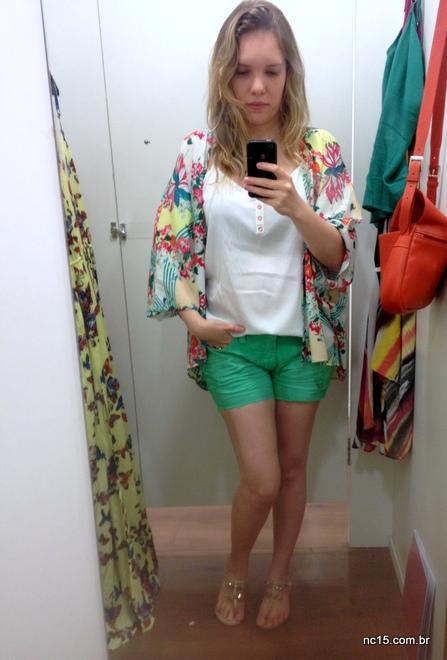 Look composto de quimono estampado da Coleção POderosas do Brasil da C&A, mais blusinha branca e shorts verde