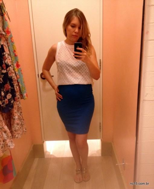 Blusa branca com saia lápis azul
