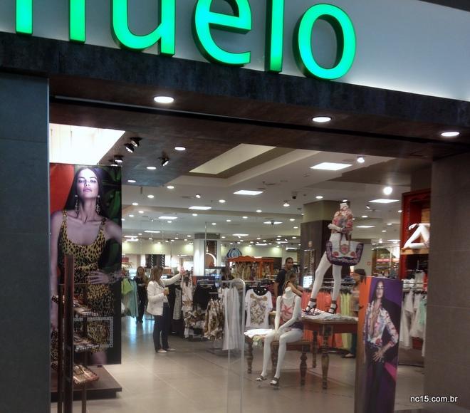 Fachada da loja Riachuelo no Shopping Metropolitano Barra com toda a coleção da parceria com a Versace logo na entrada