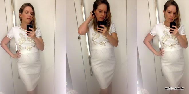 Cropped branco com bordado dourado de cavalos marinhos e saia lápis branca com bordado dourado