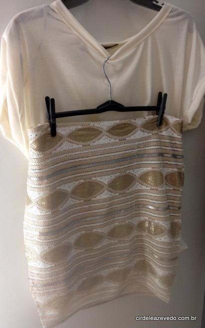 Blusa bege e saia bordada dourada com branco