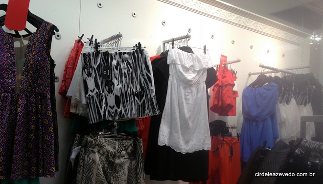 Peças da coleção Ateen para a C&A como saia preta com branco e vestidos tomara que caia