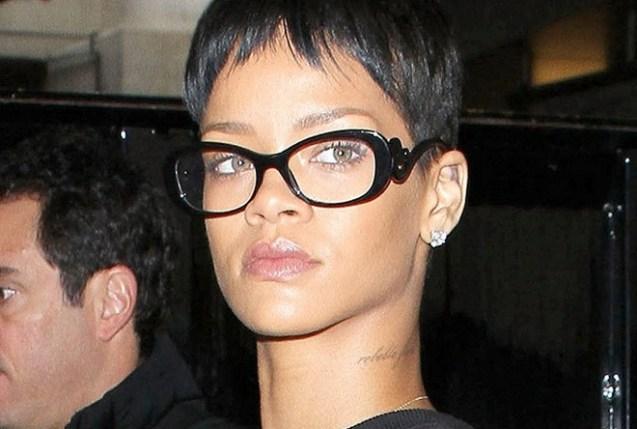 Rihana também apostou na maquiagem básica, destacando sua beleza natural e os óculos