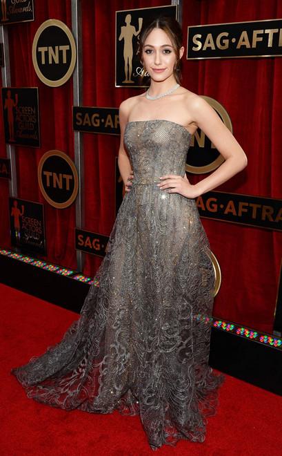 A atriz Emmy Rossum usa tomara que cai prata bordado e colar de pedras