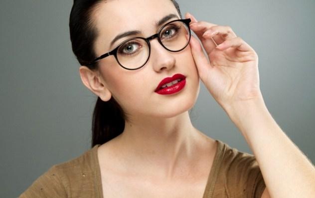 Batom vermelho como destaque na maquiagem também é opção para quem usa óculos