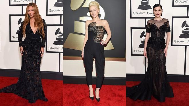 Beyoncé de vestido longo preto com decote profundo; Gwen Stefani com macacão preto e Jessie J de longo de renda com bordado e transparência