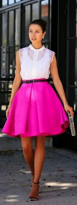saia rosa na latura do joelho com blusa branca