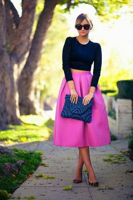 saia rosa midi com top cropped preto de manga longas
