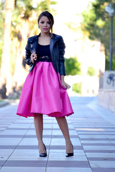 saia rosa midi com blusa preta de renda e jaqueta preta