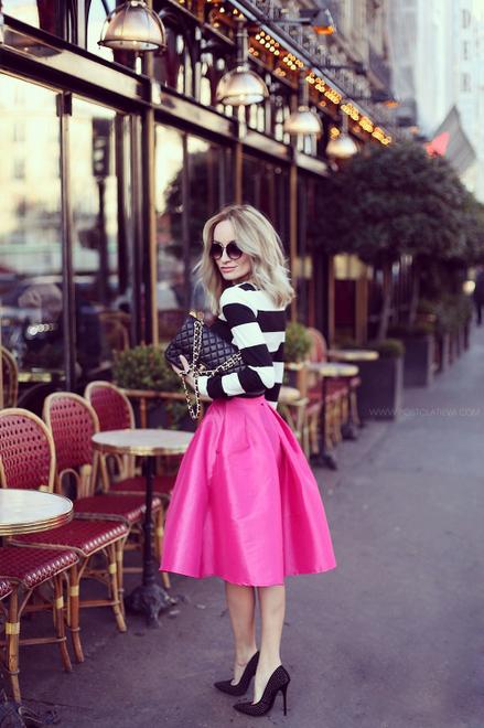 saia rosa midi com blusa branca de listras preto e branco