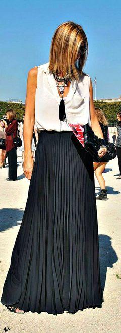 blusa branca com saia preta longa plissada