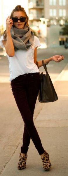 blusa branca com calça preta, gola cinza e sandália animal print