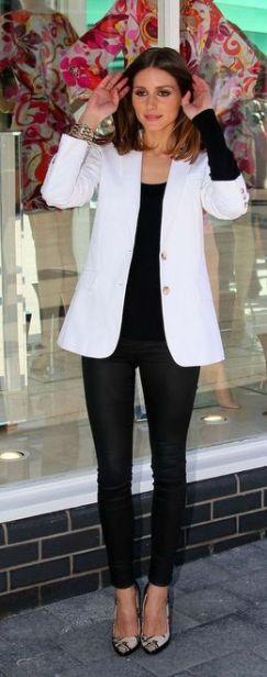 blazer branco com calça e blusa pretas
