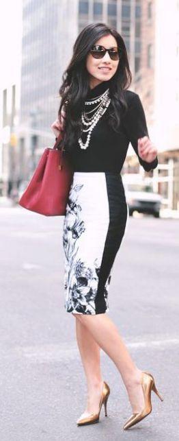 blusa de manga longa preta com saia preto e branco, bolsa vermelha e sapato dourado