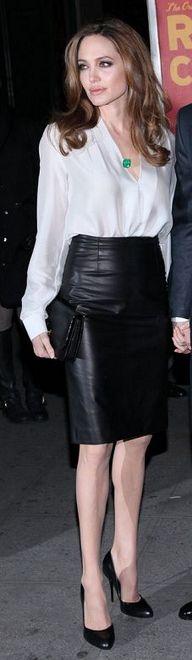camisa branca com saia lápis de couro preta