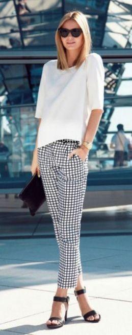 camiseta branca com calça xadrez