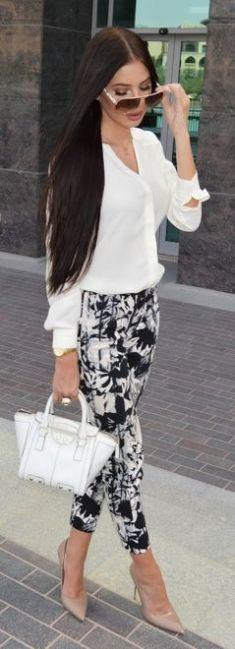 camisa branca combinada com calça de estampa preto e branco