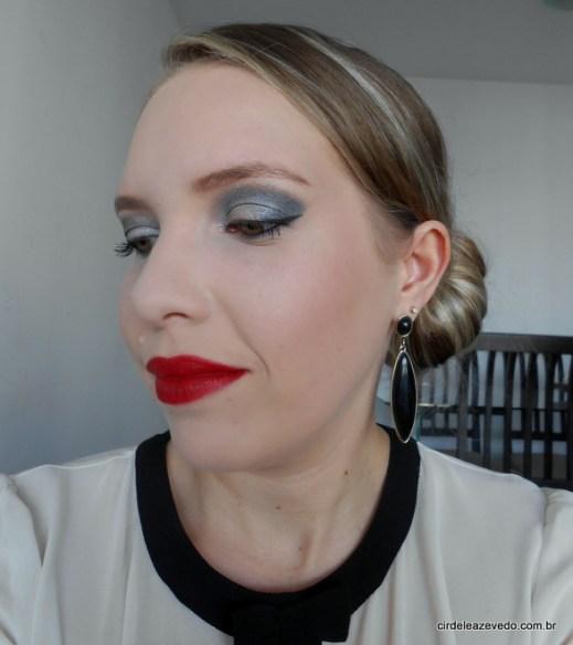 Maquiagem com olho preto com prata e batom vermelho