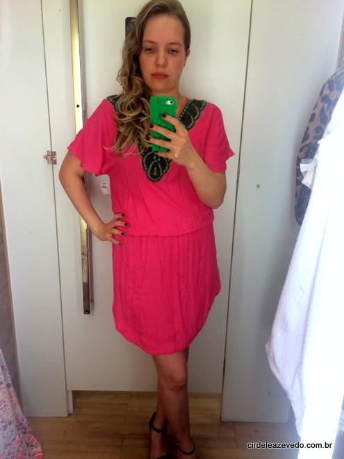 Vestido curto rosa com bordado verde no decote